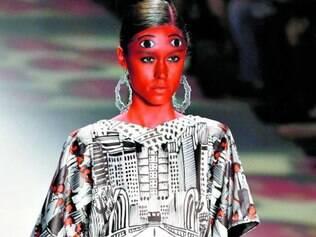 Algumas modelos do estilista mineiro tinham par de olhos extra