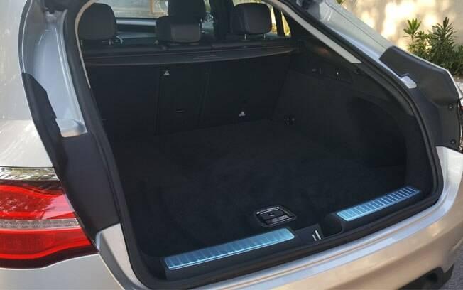 A combinação de SUV com cupê teve o seu preço:  porta-malas caiu para 500 litros, 50 l a menos do que o GLC convencional
