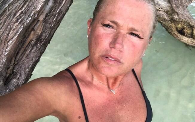 Xuxa compartilha foto sem maquiagem e fala sobre envelhecimento natural