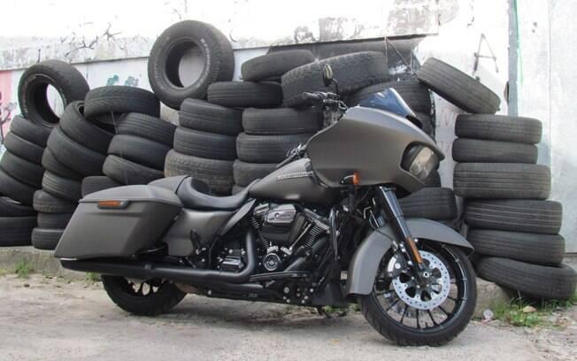 A cor cinza fosca passa muita personalidade ao modelo nada discreto Road Glide Special