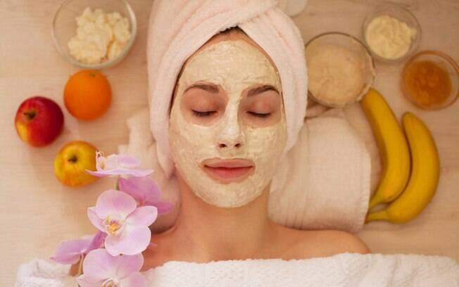 É possível criar receitas caseiras para estimular o uso de ingredientes naturais, como as flores, nos cuidados com a pele