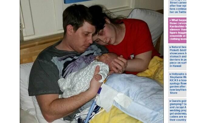 Pais viram um dos filhos gêmeos lutar cem dias pela vida. Foto: Reprodução/Daily Mail