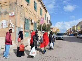 Em fuga. Líbios recém-chegados à ilha italiana de Lampedusa andam pelas ruas. Com as recentes incursões do EI, é cada vez maior o o número de pessoas que deixam a Líbia com medo do terror. Na semana passada, o EI decapitou 21  prisioneiros líbios