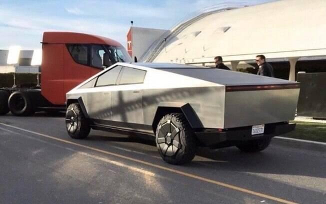 """O CEO da Tesla, Elon Musk, foi fotografado na Califórnia testando um modelo, que vai ser estrela da série americana  Jay Leno's Garage"""""""