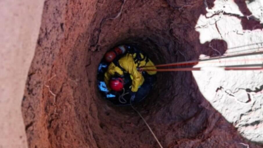 Os bombeiros desceram na cisterna utilizando equipamentos de segurança