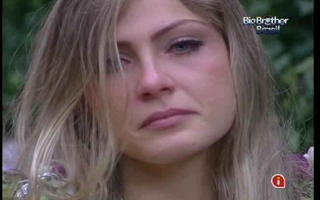 Renata desaba em lágrimas por estar na berlinda