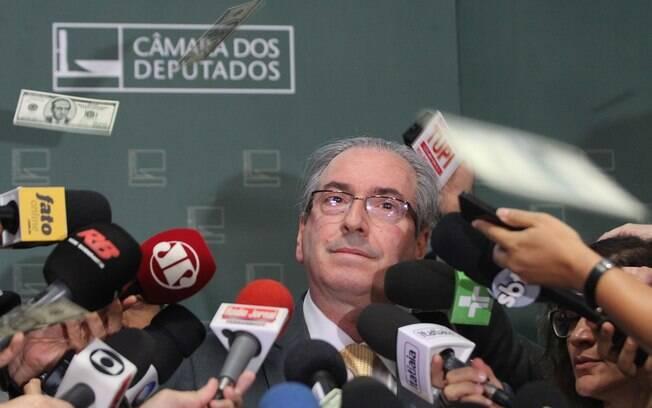 Notas de US$ 100 com a foto de Cunha foram espalhadas pela Câmara nesta quarta-feira  (4)