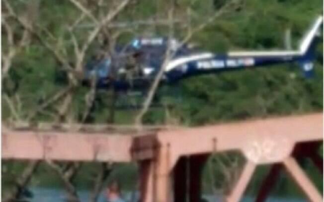 Polícia Militar do Rio de Janeiro confirmou que helicóptero que caiu na Baía de Guanabara pertence ao Grupamento Aeromóvel da Corporação