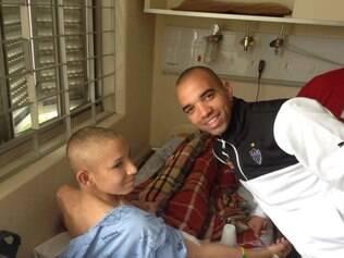 O atacante do Atlético e da seleção Diego Tardelli se divertiu com as crianças do hospital em Curitiba.