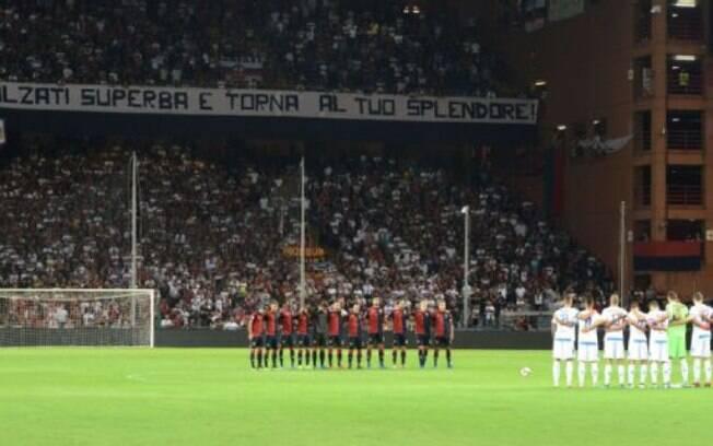 Jogadores e torcedores fizeram um minuto de silêncio pela tragédia de Genova
