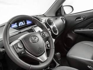 Toyota Etios Sedan Platinum tem o mesmo volante revestido de couro e multifuncional do Corolla