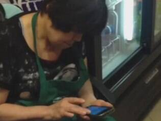 Mulher usa celular sem parar.