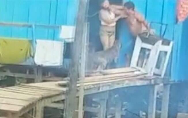 Marido foi filmado por vizinhos que escutaram pedidos de socorro da vítima