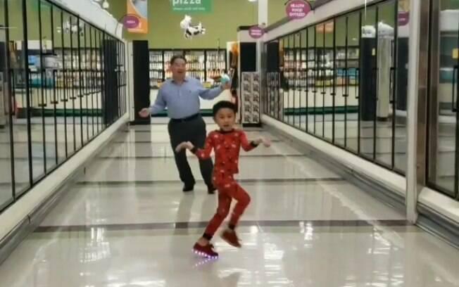 O menino e o avô aproveitaram a ocasião e dançaram ao som de