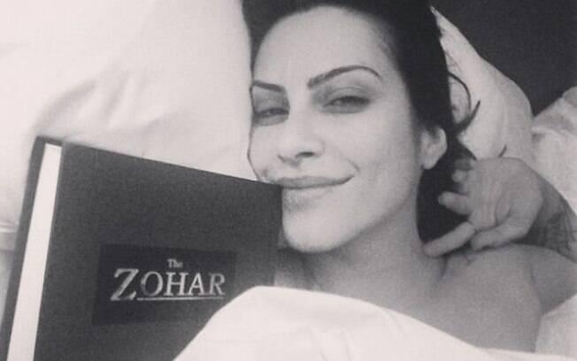 Cleo Pires gosta de ler na cama em suas noites de insônia. Foto: Reprodução/Internet