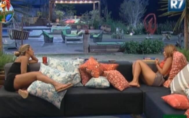 Valesca Popozuda e Raquel Pacheco conversam na varanda