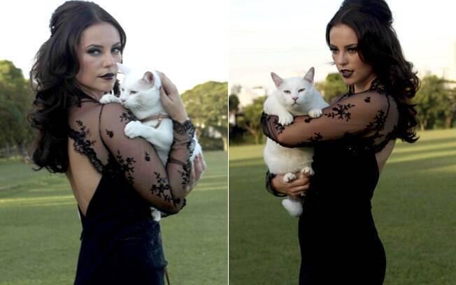Paola Oliveira e Marlon Brando nos bastidores de campanha da ONG AMPARA Animal