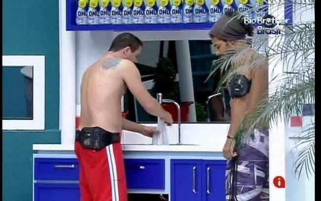 Rafa interrompe a conversa de Daniel e Fael