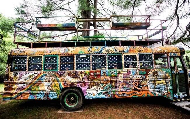 O ônibus escolar inteiramente grafitado faz parte do complexo criado por O'Sullivan e Brown