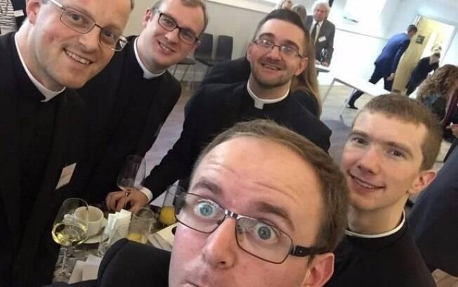 """Os padres foram confrontados por bartender: """"nós não aceitamos a entrada de pessoas fantasiadas"""