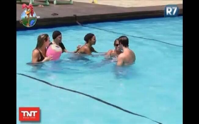 Com muita risada, Raquel, Valesca, Monique e Joana vão atrás de Marlon