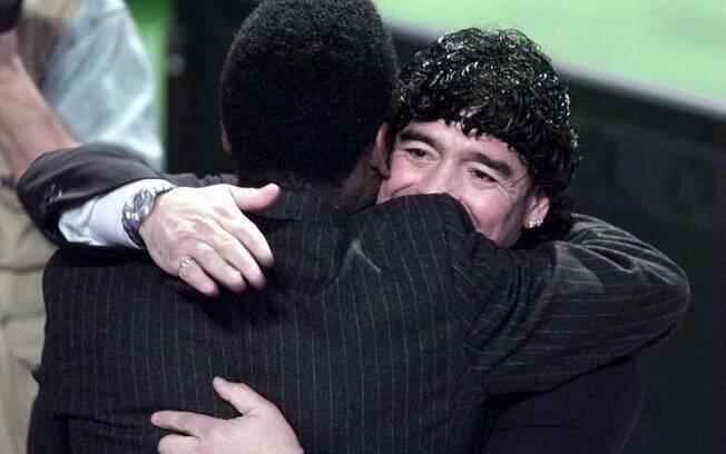 Pelé e Maradona se abraçam em cerimônia da Fifa em 2000, na qual a entidade premiou os dois como jogadores do século. Foto: Getty Images