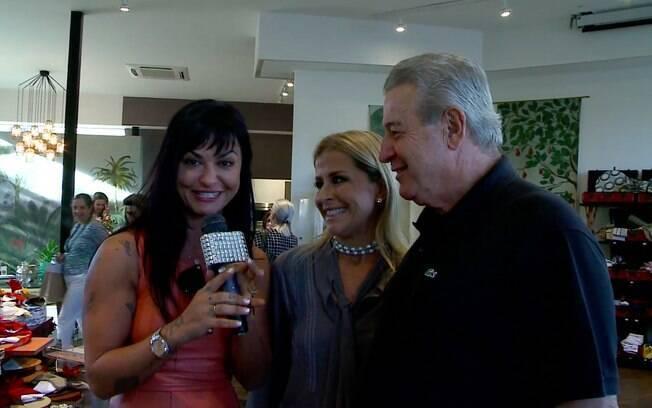 A apresentadora da TV iG Maria João (esq.) conversa com Diva Vecchi e Albino Bacchi em exposição na Artefacto