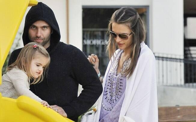 Alessandra Ambrosio brincando com a família