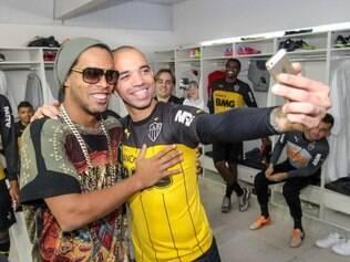 Diego Tardelli aproveitou a saída de Ronaldinho para fazer uma selfie em sua despedida