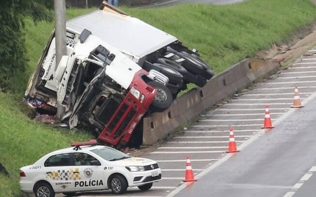 Homem morre após caminhão tombar na Rodovia Dom Pedro, em Campinas
