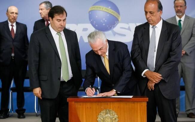 Michel Temer assinou decreto sobre intervenção no RJ ao lado de Rodrigo Maia e Luiz Fernando Pezão