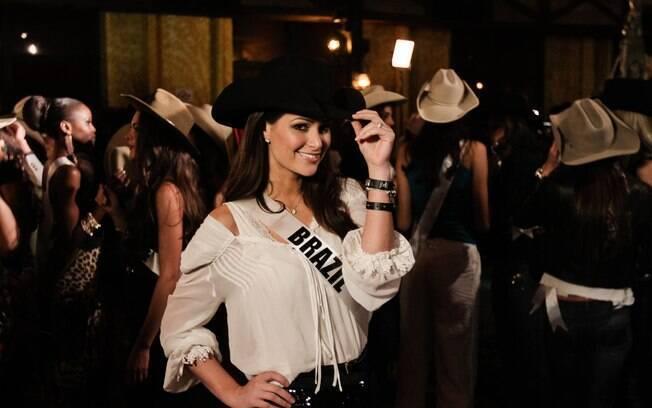 Miss Brasil se diverte em balada sertaneja