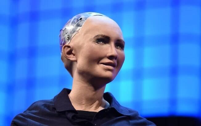Sophia, robô humanoide capaz de reproduzir 62 expressões faciais e 'aprender' através de interações com humanos