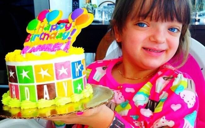 Rafa Justus completa quatro anos e ganha bolo de Ticiane Pinheiro