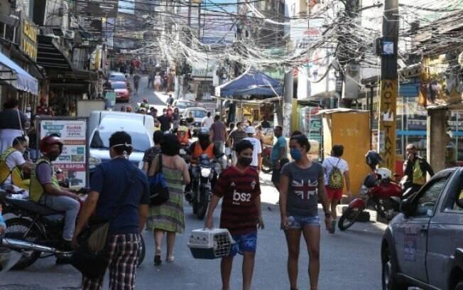 Uma das ruas da Rocinha, na Zona Sul do Rio, com muita aglomeração na pandemia