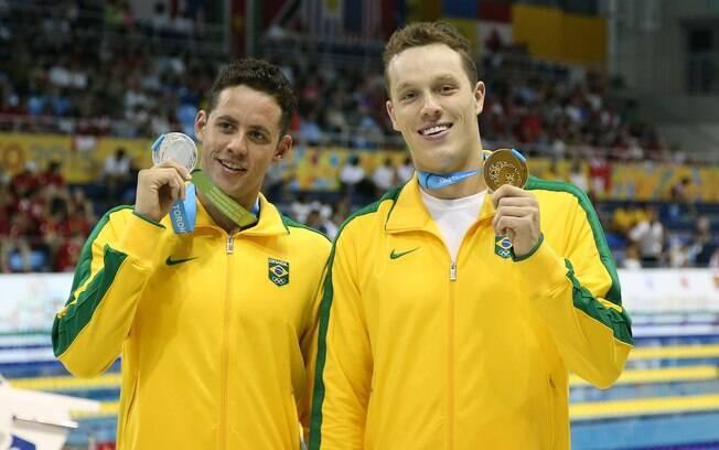 Thiago Pereira e Henrique Rodrigues posam com as medalhas do 400m medley. Foto: Satiro Sodre/SSPress