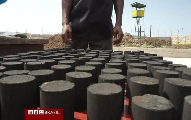 País lida com falta de saneamento e altas taxas de desmatamento para produzir carvão tradicional