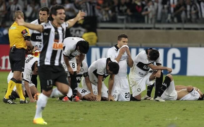 Guilherme comemora o título e jogadores do  Olimpia lamentam derrota