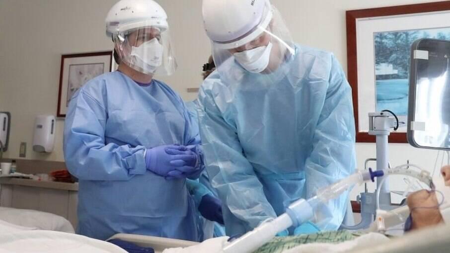 Dor, sofrimento e tristeza marcam profissionais de saúde na pandemia, diz estudo
