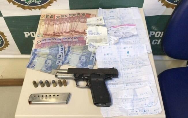 O traficante confessou que uma pistola com numeração suprimida era dele e indicou onde estavam guardados anotações e dinheiro pertencentes ao tráfico