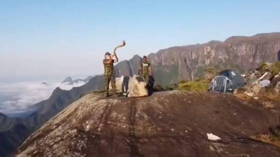 """Dois homens estão há 9 dias no cume do """"Dedo de Deus"""""""