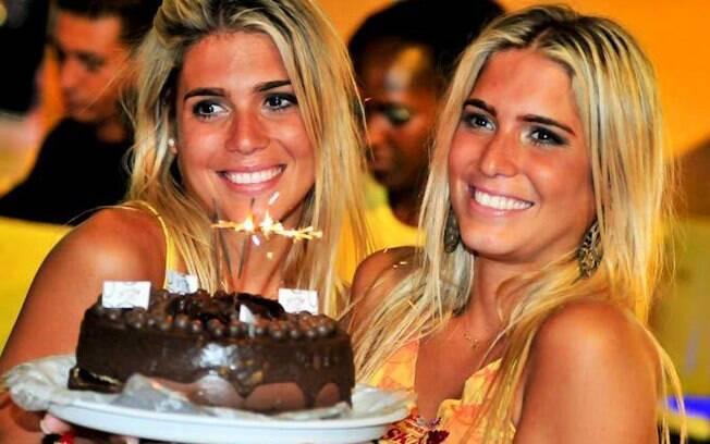 As gêmeas Bia e Branca comemoraram o aniversário de 24 anos em um camarote e tiveram direito até a bolo e parabéns surpresa