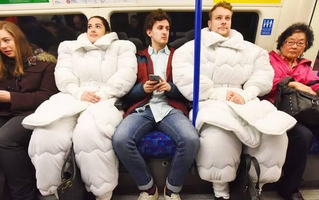 Pessoas usando Suvet, o 'terno-edredom'