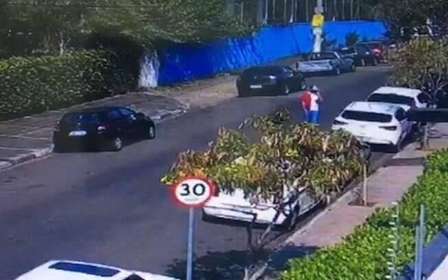 Homem foi flagrado arrombando carro.