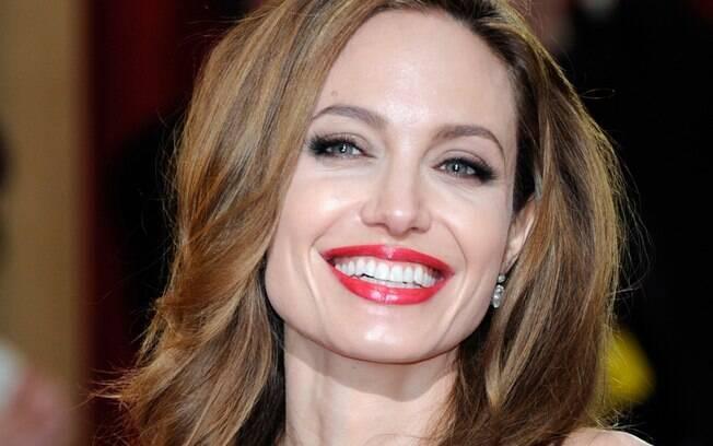 Angelina Jolie fica linda sem muito esforço: batom vermelho, cílios postiços no canto externo e cabelos mais claros