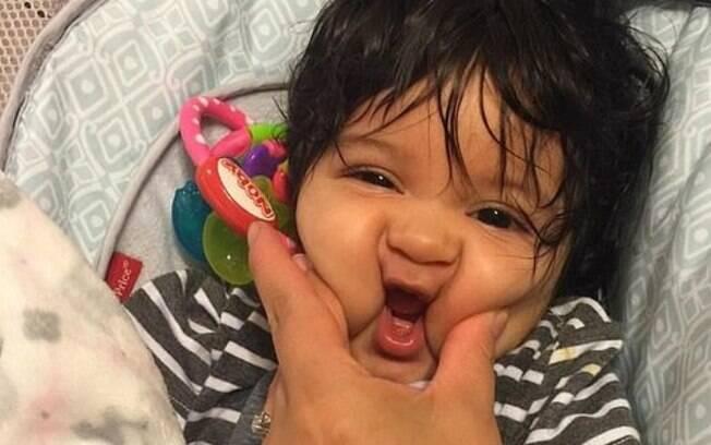 Nas ruas e nas redes sociais, mãe conta que o bebê cabeludo chama a atenção e até gera dúvidas nas pessoas