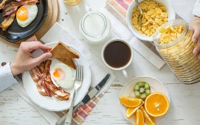 O bacon na dieta pode ser inserido no café da manhã, sendo que muitas pessoas comem esse alimento com ovos