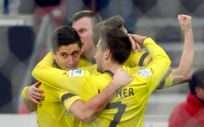 Borussia Dortmund derrotou o Stuttgart por 2  a 1 e conseguiu adiar definição do Campeonato  Alemão