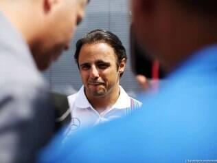 A Williams de Massa chegou a capotar na pista logo depois do choque com a McLaren do dinamarquês Kevin Magnussen
