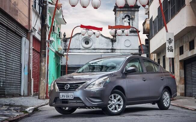 Nissan Versa: o espaço interno é digno de cair o queixo. Dá até para cruzar as pernas no branco traseiro